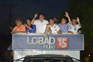 Lobão Filho, a prefeita de Itinga, Vete Botelho e  o candidato a deputado estadual, Zé Inácio (PT) acenam para a população .