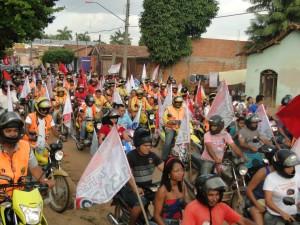 Uma multidão acompanha a carreata de Zé Inácio (PT) e Lobão Filho  pelas ruas de Itinga.