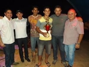 Dep. Zé Inácio e vice-prefeito Bosco entregam troféu ao capitão do time vencedor do Torneio Vavalândia.