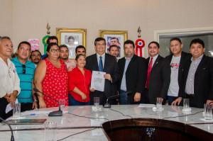 Zé Inácio, governador Flávio Dino recebendo a pauta de reivindicação dos trabalhadores rurais.