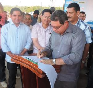 Zé Inácio (PT) acompanha o prefeito Amaury durante assinatura de ordem de serviço para a construção do Ifma em Mirinzal.
